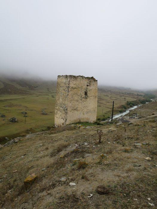 Безенги. Башня Ак-Кала, вид со стороны дороги
