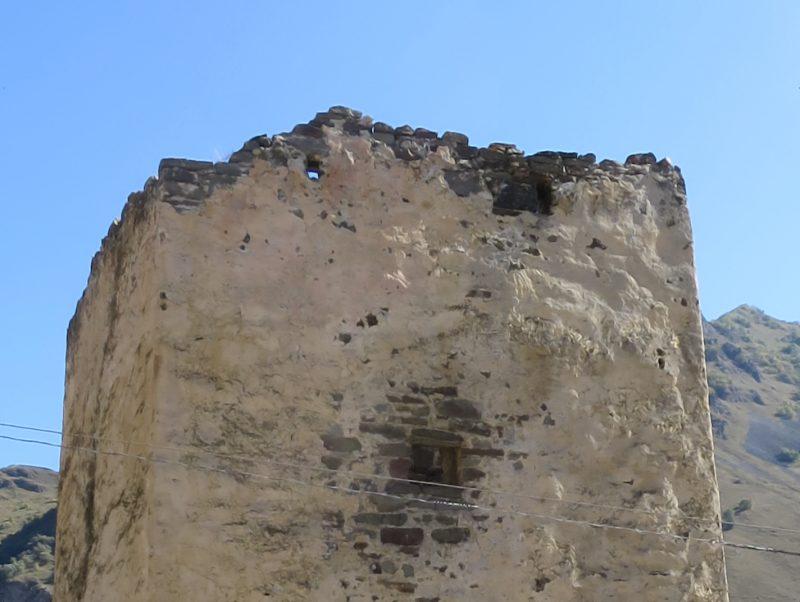 Безенги. Ак-Кала. Окно и бойницы западной стены.
