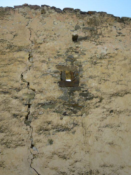 Безенги. Ак-Кала. Бойница северной стены