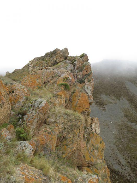 Безенги. Усхур. На верху горы – руины третьего строения, справа ниже на обрыве – цитадель.