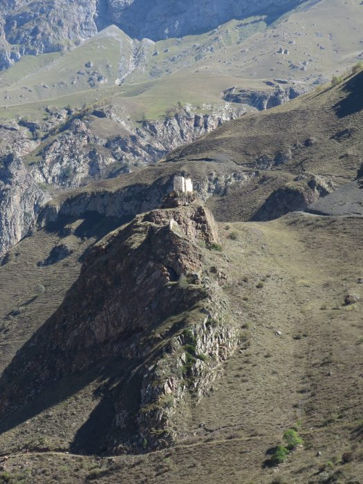 Безенги. Замок Жабоевых. Вид на западную (узкую) часть крепости с дороги