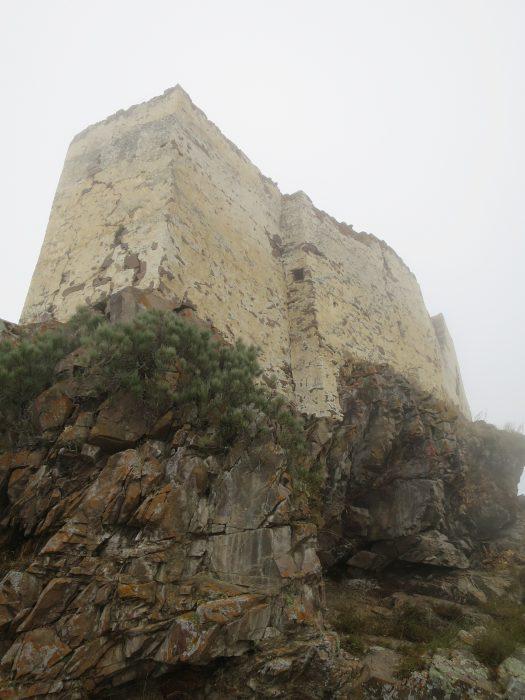 Безенги. Замок Жабоевых. Юго-западная часть замка, бойница на стыке стен