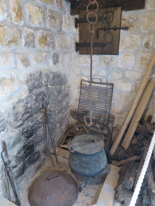 Сокол-Град. Очаг с камином в кухне у дома кастеляна (1С)