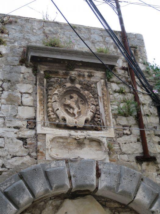 Корчула. Барельеф на башне Морских ворот
