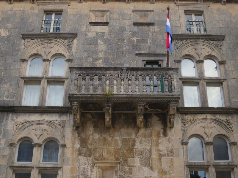 Корчула. Дворец Габриелис (балкон и обрамление окон)