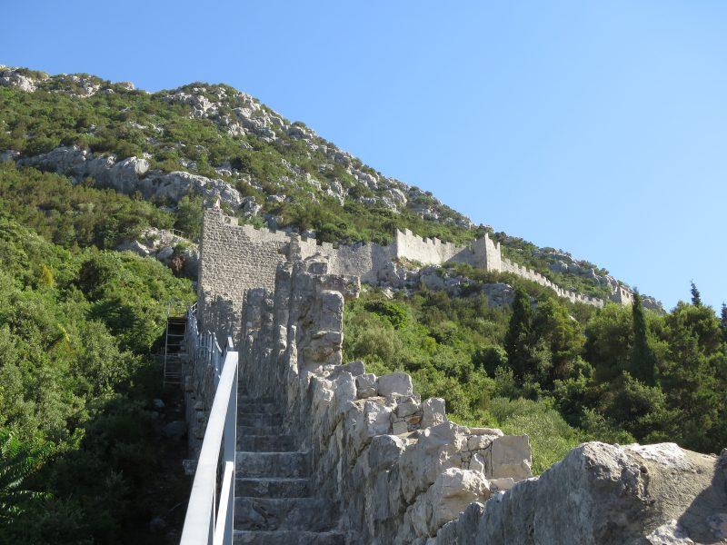 Восточная стена, огибающая гору