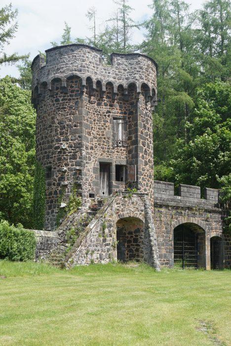 Замок Дофин. Центральная башня северо-восточной стены с воротами