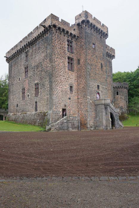 Замок Дофин. Вид на западню часть замка