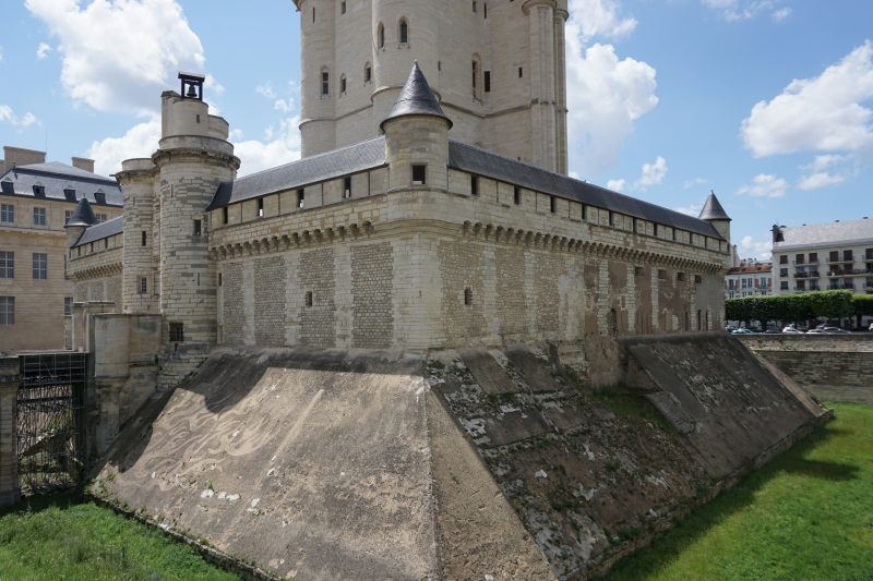 Венсенский замок. Внешние стены и ров донжона