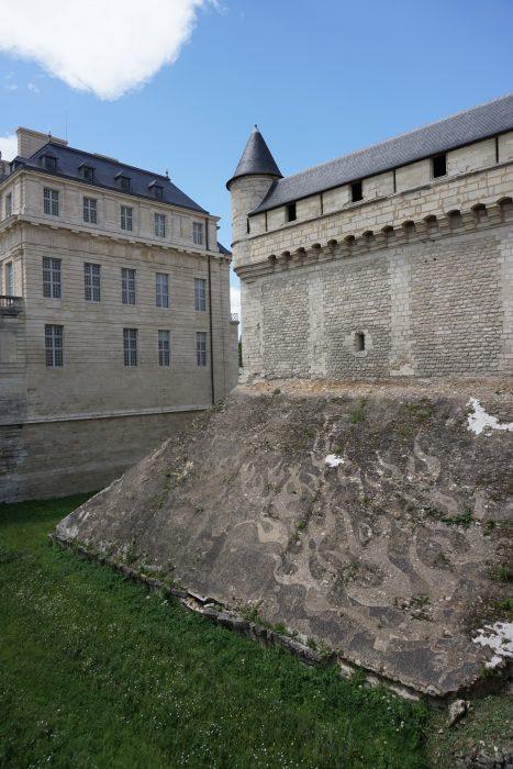 Венсенский замок. Угловая башня внешнего периметра стен дожнона