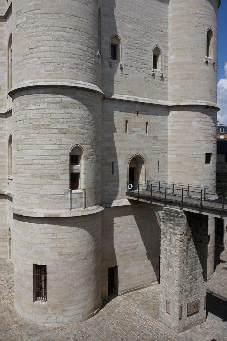 Венсенский замок. Мост от ворот в донжон, внешний декор донжона