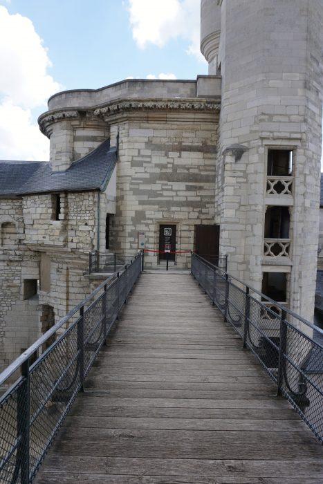 Венсенский замок. Пешеходный мост, ведущий донжон. Вид от доножона