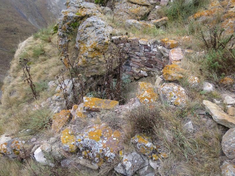Безенги. Усхур. Колодец в скале рядом со второй постройкой.