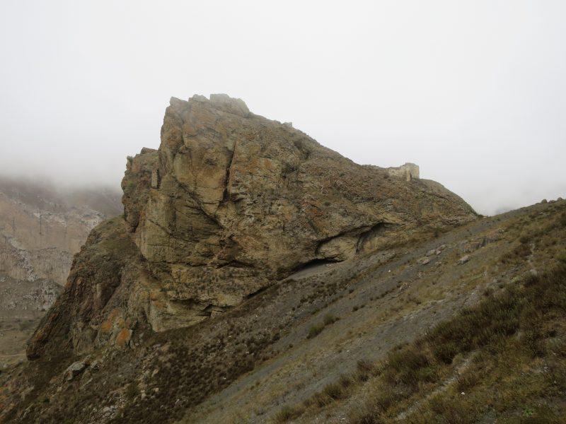 Безенги. Усхур. Вид на комплекс с южной стороны. В правой части – первое строение, с левой на откосе скалы – цитадель