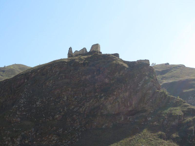 Замок Жабоевых. Вид с дороги на северную часть