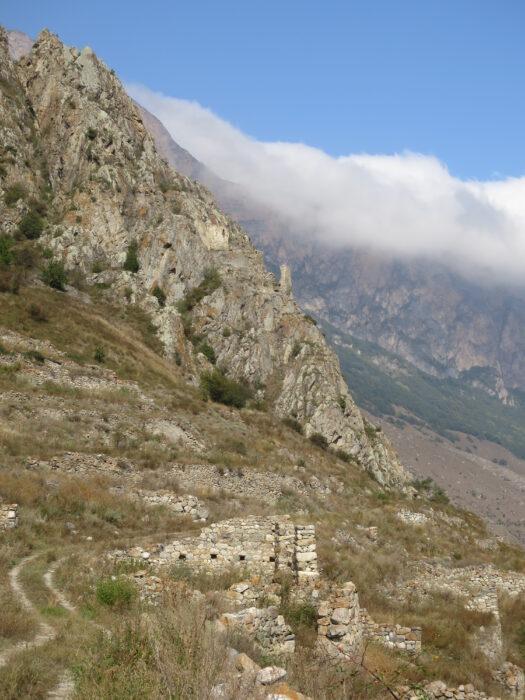 Черекское ущелье. Укрепление Зылги. Вид с дороги на скалистый выступ