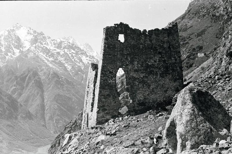 Черекское ущелье. Старое фото второй башни Абаевых