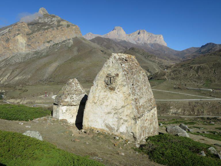 Эльтюбю. Погребальный комплекс. Прямоугольный и многогранный склепы