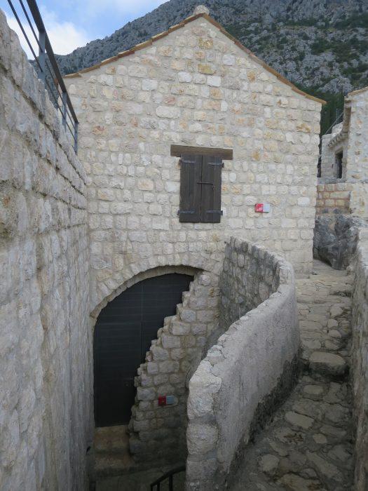 Сокол-Град. Цистерна цитадели и дом кастеляна (1A и 1B)