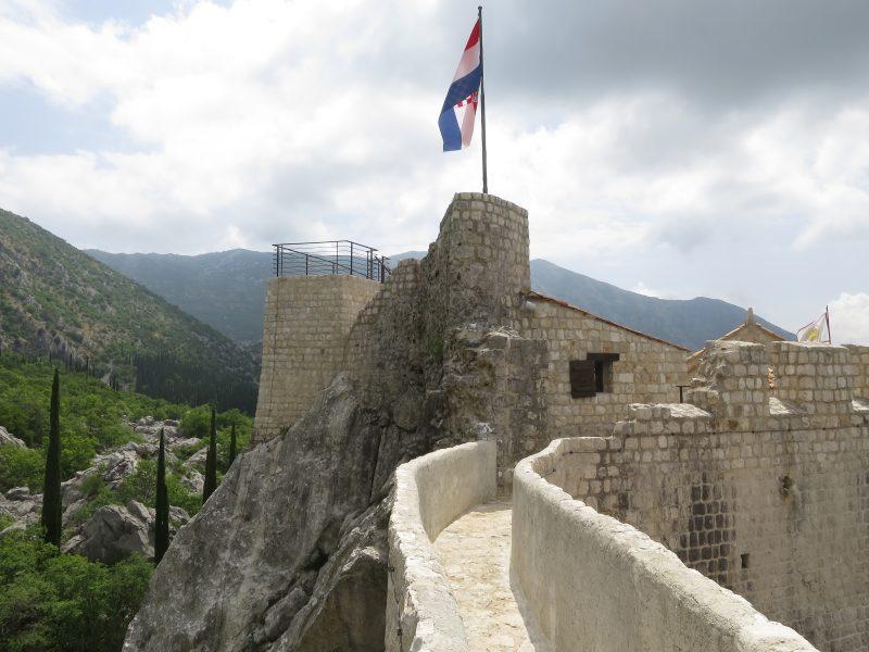 Сокол-Град. Боевая площадка (17) и остатки башни (14)