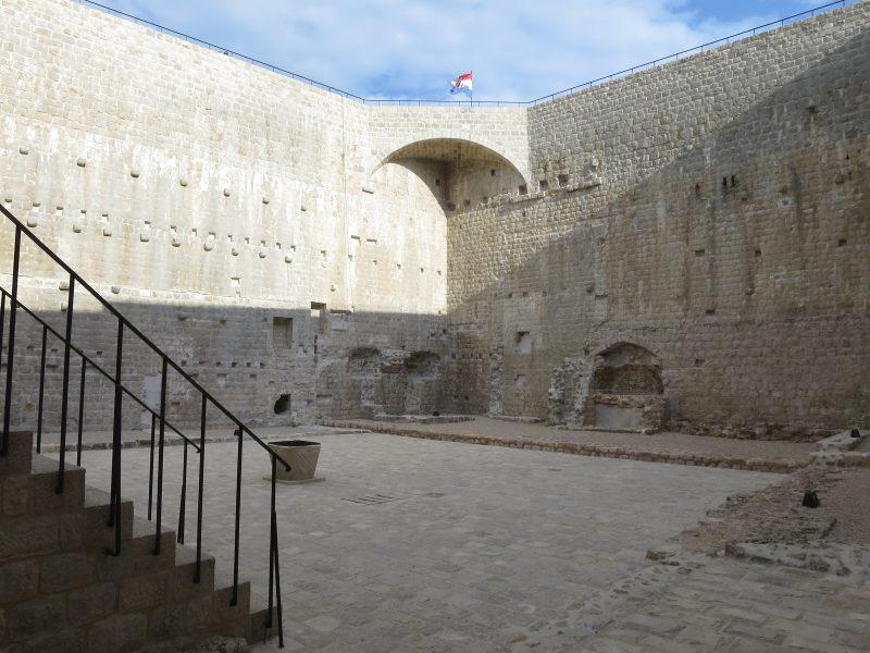 Внутренний двор крепости Велики Каштио.