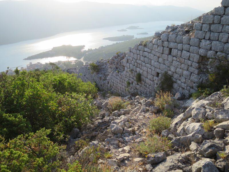 Подзвизд. Стена ведущая к крепости на северном склоне