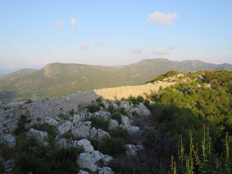Подзвизд. Фрагмент стены от крепости в сторону южного склона