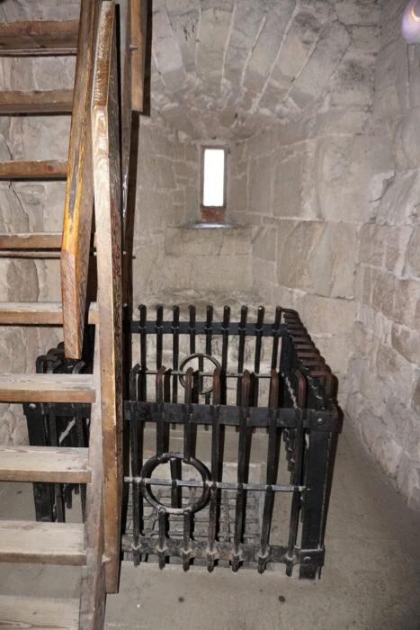 Куресааре. Решетка погреба сторожевой башни и лестница на ее верхние этажи