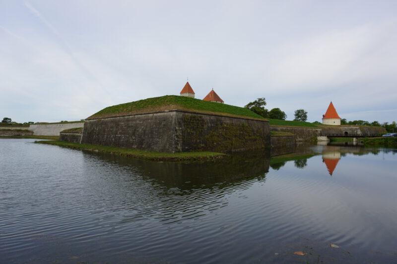 Куресааре. Восточный бастион, северо-восточная куртина справа (шведская), юго-восточная (датская) - слева