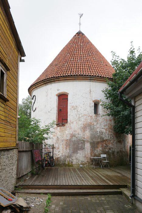 Пярну. Красная башня со стороны улицы Hospidali