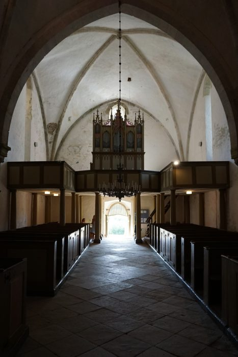 Карья, вид на западный вход и органную галерею. Ниши окон видны с правой и левой стороны.