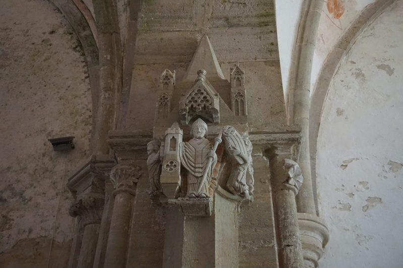 Церкви Сааремаа. Карья, доломитовая скульптура Святого Николая
