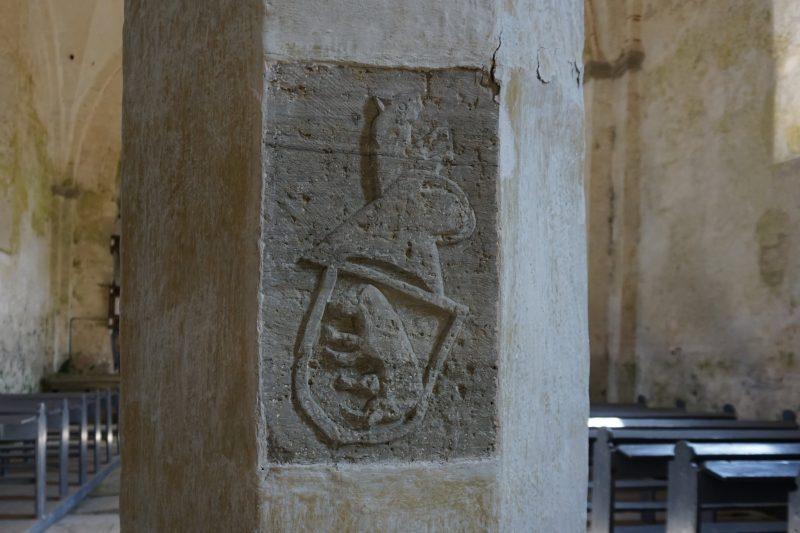 Церкви Сааремаа. Каарма, герб одного из дарителей на столбе