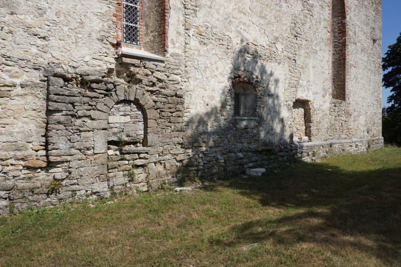 Церкви Сааремаа. Вид церкви Пёйде, руины старой замковой часовни в основании церкви
