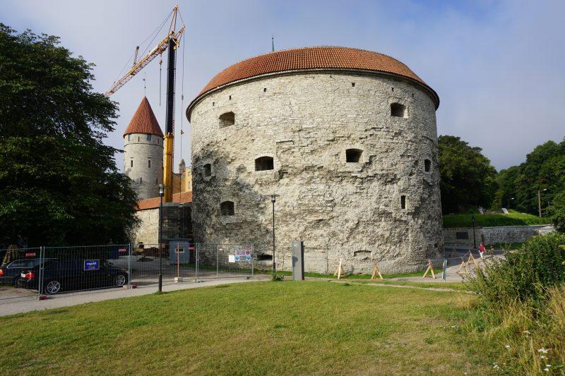 Таллин. Башня Толстая Маргарита и башня Столтинги (на заднем плане)
