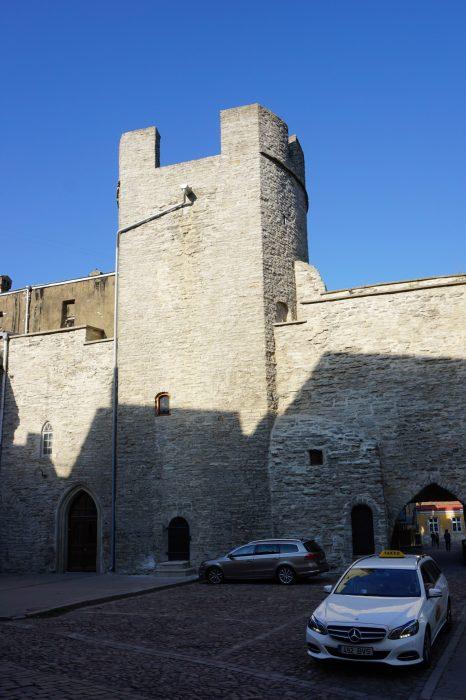 Таллин. Башня Бремени со стороны города