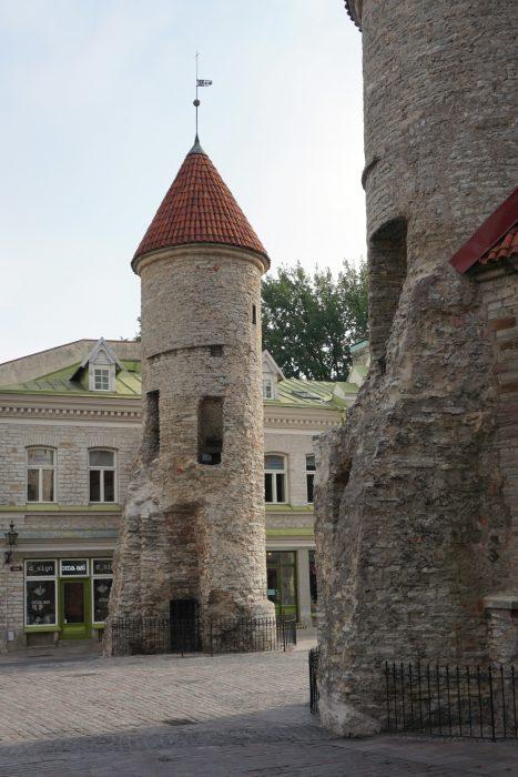Таллин. Предвратная сторожевая башня со стороны города