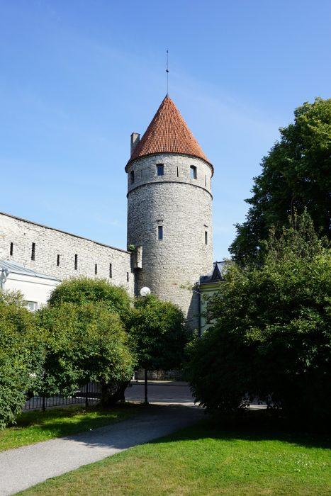 Таллин. Башня Нунна с внешней стороны