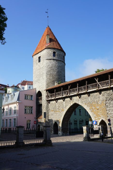 Таллин. Башня Нунна со стороны города и ворота Клоостри