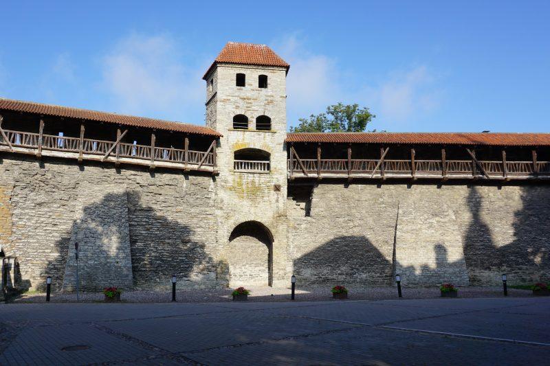 Таллин. Башня Саунаторн со стороны города и фрагмент стены