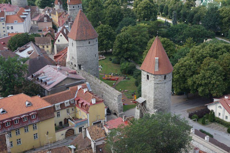 Таллин. Башни Кёйсмяэ и Плате со стороны города