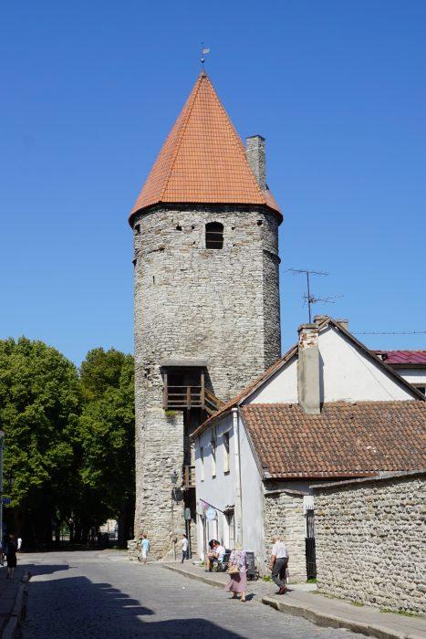 Таллин. Башня Плате со стороны улицы Suurtüki