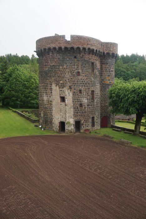 Замок Дофин. Южная башня со стороны замка