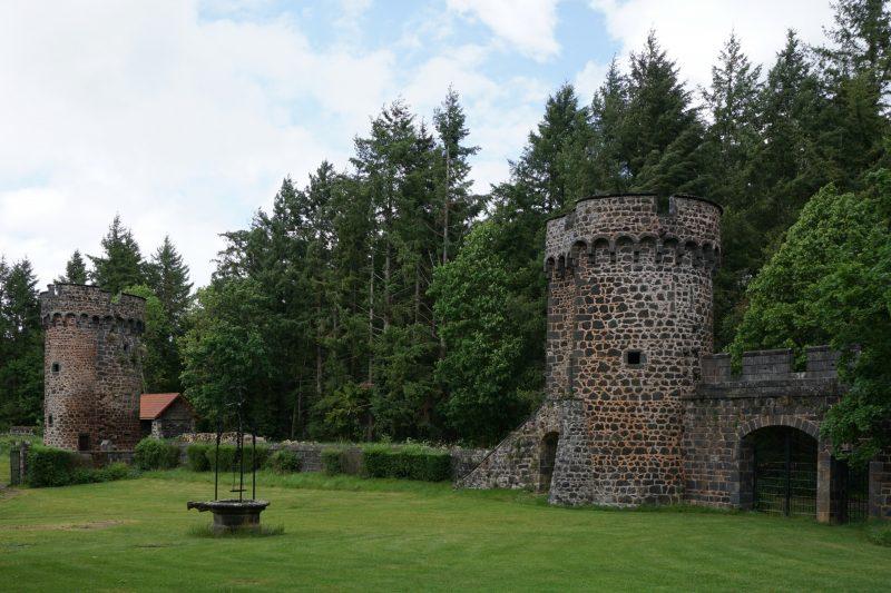 Замок Дофин. Фрагмент северо-восточной стены от центральной башни до северной