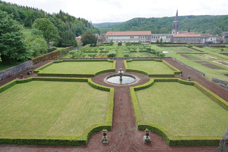 Замок Дофин. Сад и вид на город Понтжибо