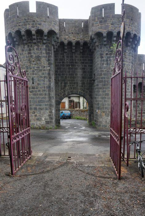 Замок Дофин. Замковые ворота городских укреплений