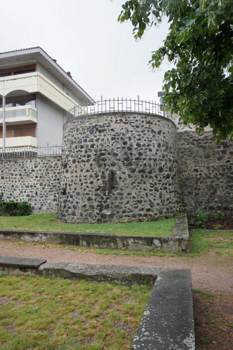 Монферран. Круглая башня северной стены
