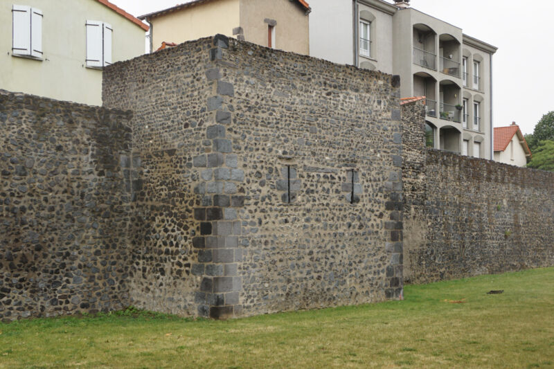 Монферран. Прямоугольная башня северной стены