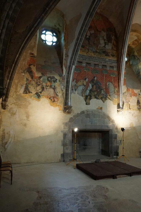 Сен-Флоре. Стена Рыцарского зала с камином и фресками