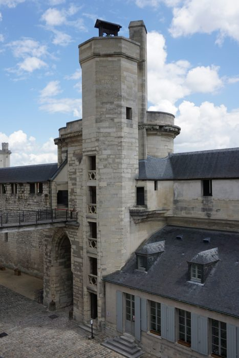 Венсенский замок. Шатле, лестница и колокольня со стороны донжона